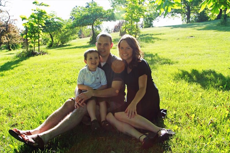 sun-flare_family_sit_grass